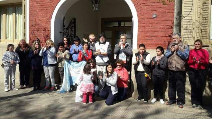 Abrazo a la escuela de Jáuregui: más reclamos ante fallas estructurales