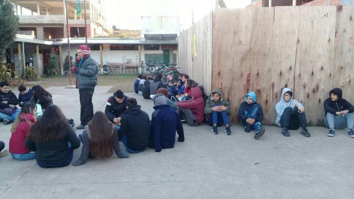 Sentada de los estudiantes de la media N°1 por falta de gas