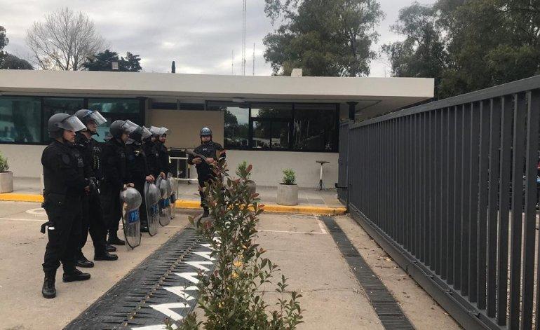 La Policía reprimió a trabajadores del INTI que querían hacer una asamblea